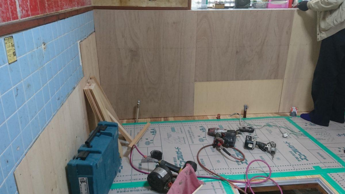 キッチン壁重ね張り工事